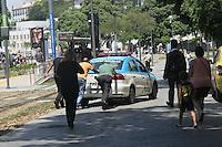 RIO DE JANEIRO, RJ, 08.02.2017 - POLICIA-RIO DE JANEIRO - Populares sao vistos ajudando uma viatura da da policia militar do Rio de Janeiro. Foto: Celso Barbosa/Brazil Photo Press)