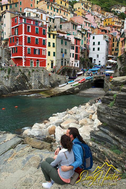 Italian lovers, Riomaggiore, Cinque Terra, UNESCO World Heritage Site, Italy