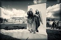 """Daniela Poggi-Goodwill ambassador di Unicef Italia e il baby sindaco Diana di Casapesenna accanto alla scultura """"light-gli angeli della luce"""" realizzata da Arturo Casanova in memoria delle vittime innocenti della camorra al """"Parco della legalità"""" di Casapesenna."""