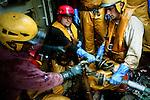 Réparation d'une piece d'un bras du chalut avant sa remise à l'eau.