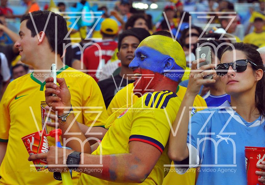 BELO HORIZONTE - BRASIL -28-06-2014. Los hinchas colombianos y uruguayos disfrutan del juego de los octavos de final en el estadio Maracaná de Rio de Janeiro entre Colombia (COL) y Uruguay (URU), hoy 29 de junio de 2014, por la Copa Mundial de la FIFA Brasil 2014./ Fans of Colombia and Uruguay enjoy the match of the Round of 16 at Maracana stadium in Rio do Janeiro between Colombia (COL) and Grece(GRC), today June 28 2014 for the 2014 FIFA World Cup Brazil. Photo: VizzorImage / Alfredo Gutiérrez / Contribuidor