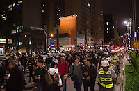 SÃO PAULO, SP, 31 DE OUTUBRO DE 2013 - PROTESTO IPTU - Grupo protetsta contra o aumento do IPTU, na região central da capital, na noite desta quinta feira, 31. O grupo saiu em passeata pela Avenida Paulista e seguiu até o prédio onde mora o prefeito Fernando Haddad, na rua Afonso de Freitas, no Paraiso.      FOTO: ALEXANDRE MOREIRA / BRAZIL PHOTO PRESS