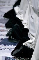 Sacerdoti partecipano alla cerimonia della Lavanda dei piedi celebrata da Papa Benedetto XVI alla Basilica di San Giovanni in Laterano a Roma, 1 aprile 2010..Priests pray during the feet-washing rite celebrated by Pope Benedict XVI at St. John in Lateran's Basilica in Rome, 1 april 2010..UPDATE IMAGES PRESS/Riccardo De Luca