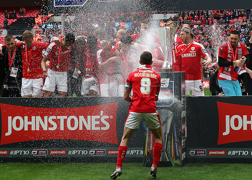03.04.2016. Wembley Stadium,  London, England. Johnstones Paint Trophy Football Final Barnsley versus  Oxford Utd. Barnsley Celebrate winning the Trophy