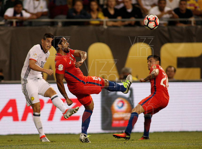 CHICAGO - UNITED STATES, 22-06-2016: James Rodriguez (Izq.) jugador de Colombia (COL) disputa el balón con Jean Beausejour (Der) jugador de Chile (CHI) durante partido porla semifinal  entre Colombia (COL) y Chile (CHI)  por la Copa América Centenario USA 2016 jugado en el estadio Soldier Field en Chicago, USA.  / James Rodriguez (L) player of Colombia (COL) fights the ball with Jean Beausejour  (R) player of Chile  (CHI) during a match for the quarter of finals between Colombia (COL) and Chile  (CHI) for the Copa América Centenario USA 2016 played at Soldier Field  stadium in Chicago, USA. Photo: VizzorImage/ Luis Alvarez /Cont.