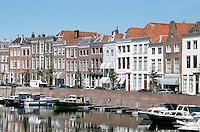 Miiddelbrug-  Boten in het Prins Hendrikdok. Woningen aan de Dam