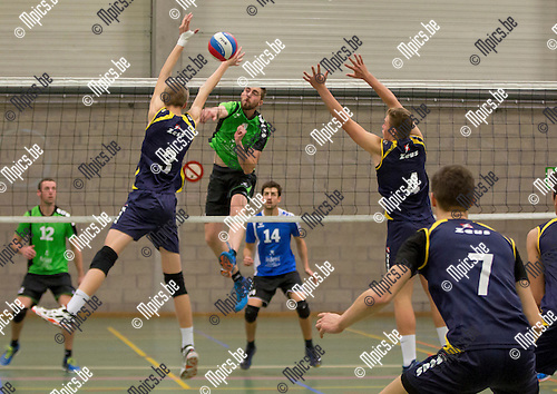 2016-10-15 / Volleybal/ seizoen 2016-2017 / Mendo - Topsportschool / Gijsemans Wouter (Mendo) test het blok van D'heer Wouter (3) en Brems Kobe (4) ,Foto: Mpics.be
