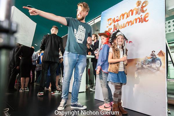 """Utrecht, 27-9-2014, Nederlands Film Festival. Na afloop van de premiere van de film """"Dummy de Mummy"""" konden de kinderen op plein 6 verkleed op de foto. Foto: Nichon Glerum"""