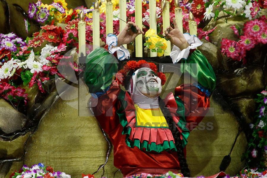 SAO PAULO, SP, 16 DE FEVEREIRO 2013 - CARNAVAL SP - DESFILE DAS CAMPEÃS  - Integrantes da escola de samba Rosas de Ouro: Vice-campeã do Grupo Especial, durante desfile das campeãs  no Sambódromo do Anhembi na região norte da capital paulista, na madrugada deste sábado, 16. (FOTO:  LOLA OLIVEIRA / BRAZIL PHOTO PRESS).