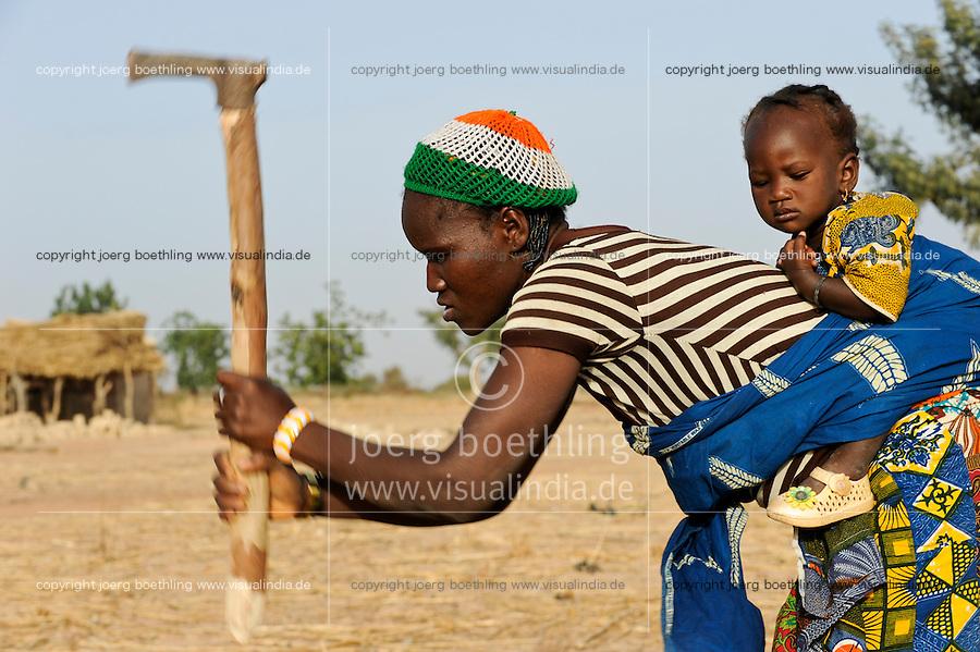 BURKINA FASO, Bokin, woman with child on the back works with hoe on the field /<br /> BURKINA FASO, Bokin, Frau mit Kind auf dem Ruecken arbeite mit Hacke auf dem Feld