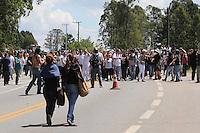 SAO ROQUE, SP, 19.10.2013 - PROTESTO DESFESA DOS ANIMAIS /BLACK BLOC - Manifestantes do grupo Black Bloc incendeiam dois carro da Tv Tem (filiada a rede globo) e uma viatura da Policia Militar e fecham a rodovia Raposo Tavares.  Apos ser fechada a via de acesso ao Instituto Royal durante protesto contra a vivissecção (testes em animais vivos) no quilômetro 56 da Rodovia Raposo Tavares, próximo à São Roque (SP), na manhã deste sábado. Na madrugada da última sexta-feira ativistas invadiram o laboratório do local e resgataram 178 cães da raça Beagle que eram submetidos a testes. (Foto: Vanessa Carvalho/ Brazil Photo Press).