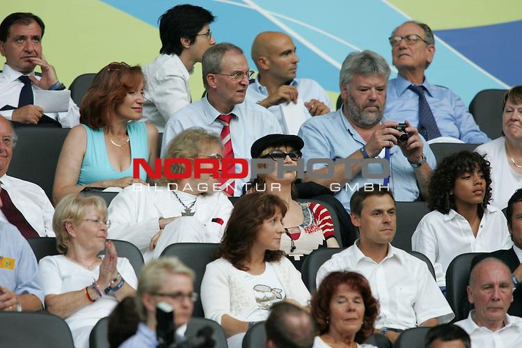 FIFA WM 2006 - Final / Finale<br /> <br /> Play #64 (09-Jul) - Italy vs France.<br /> <br /> Thomas Gottschalk mit Fraiu Thea auf der trib&cedil;ne, rechta Noah becker - Sohn von boris Becker<br /> <br /> Feature<br /> <br /> <br /> Foto &copy; nordphoto