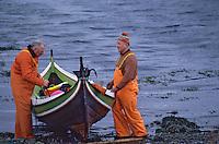 Europe/Norvege/Iles Lofoten/Sidpollnes: Pécheurs tirant une barque sur le Fjord Austensfjorden