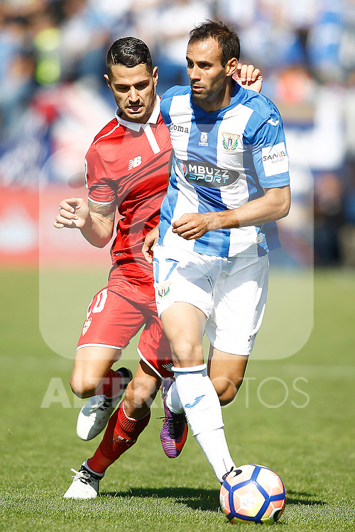 CD Leganes' Victor Diaz (r) and Sevilla FC's Vitolo during La Liga match. October 15,2016. (ALTERPHOTOS/Acero)