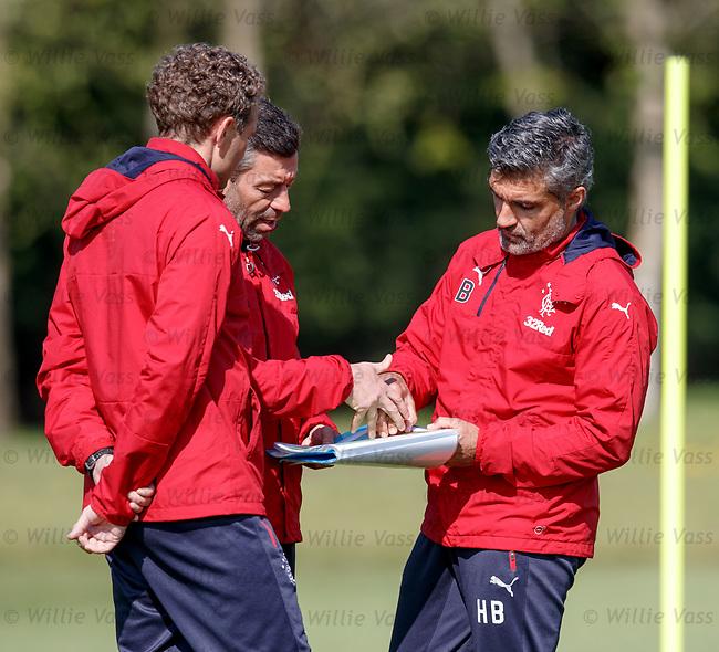 Pedro Caixinha discussing tactics with Helder Baptista and Jonatan Johansson