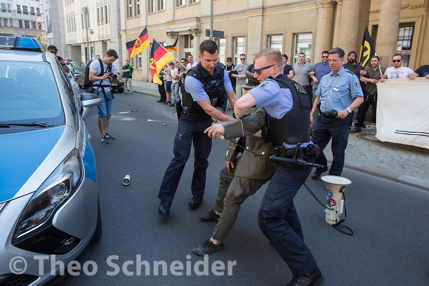 Alex Malenki (Kontrakultur Halle) wird festgenommen // Rund 50 Anhänger der Identitären Bewegung versuchten am Freitag das Vordach des Bundesjustizministeriums zu besetzen. Da Polizisten das verhinderten, setzten sie sich auf den Gehweg und ließen sich räumen.