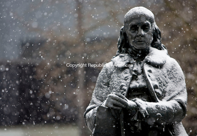 WATERBURY, CT - 02 FEBRUARY 2009 -020309JT04-<br /> Snow falls on the statue of Benjamin Franklin, sculpted by Paul Wayland Bartlett in 1916, in front of Silas Bronson Library in Waterbury on Tuesday.<br /> Josalee Thrift / Republican-American