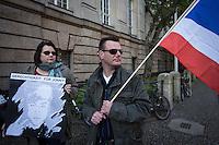 Berlin, Ein Mann und eine Frau protestieren am Montag (13.05.13) vor dem Landgericht in Berlin vor dem Prozessbeginn im Fall Jonny K. Foto: Maja Hitij/CommonLens