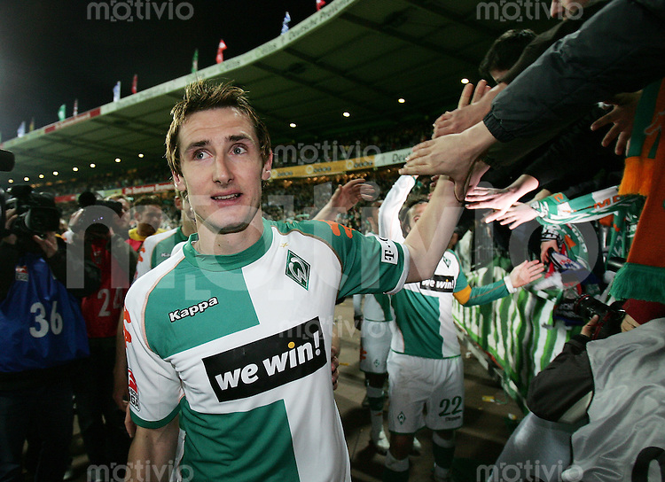 Fussball   1. Bundesliga   Saison 2006/2007   30. Spieltag SV Werder Bremen - Alemannia Aachen          Miroslav KLOSE (Bremen) in der Fankurve