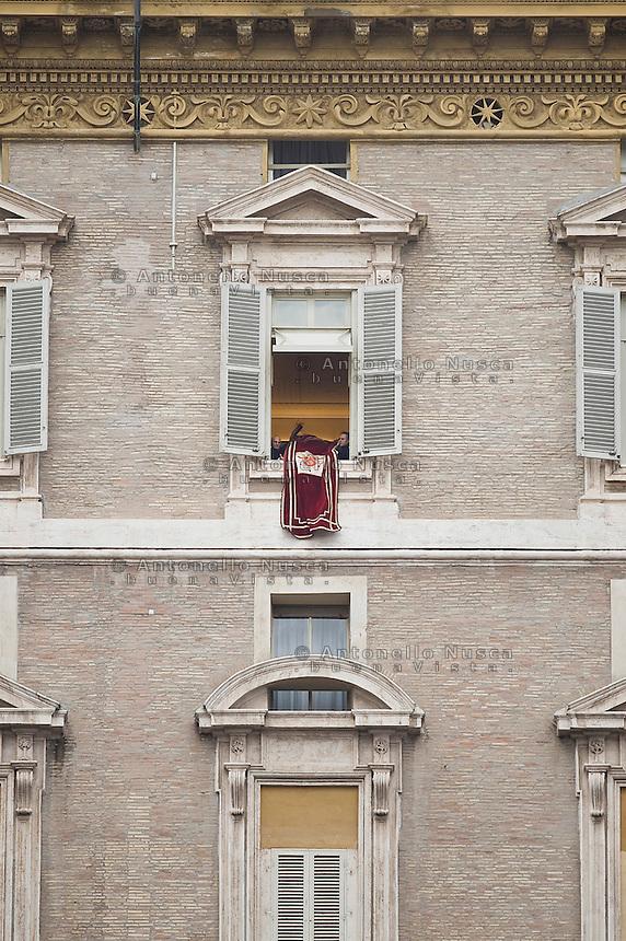 Città del Vaticano, 24 Febbraio, 2013. Il Segretario personale di Papa Benedetto XVI,  Monsignor Georg Gaenswein rimuove il vessillo papale dopo l'ultimo Angelus prima delle dimissioni del Papa annunciate per Giovedi 28 Febbraio.