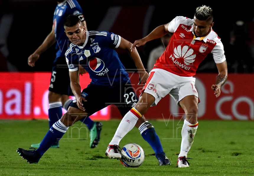 BOGOTÁ - COLOMBIA, 06-05-2018: Juan Roa (Izq.) jugador de Independiente Santa Fe, disputa el balón con Jhon Duque (Der.) jugador de Millonarios, durante partido de la fecha 19 entre Independiente Santa Fe y Millonarios, por la Liga Aguila I 2018, en el estadio Nemesio Camacho El Campin de la ciudad de Bogota. / Juan Roa (Izq.) player of Independiente Santa Fe struggles for the ball with Jhon Duque (R) player of Millonarios, during a match of the 19th date between Independiente Santa Fe and Millonarios, for the Liga Aguila I 2018 at the Nemesio Camacho El Campin Stadium in Bogota city, Photo: VizzorImage / Luis Ramírez / Staff.