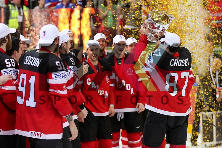 Kanada World Champions, Canadas Crosby, Sidney (Nr.87) bekommt den Pokal vor dem Team nach dem Spiel IIHF WC15 Finale Russia vs. Canada die Cermony Gold.<br /> <br /> Foto &copy; P-I-X.org *** Foto ist honorarpflichtig! *** Auf Anfrage in hoeherer Qualitaet/Aufloesung. Belegexemplar erbeten. Veroeffentlichung ausschliesslich fuer journalistisch-publizistische Zwecke. For editorial use only.