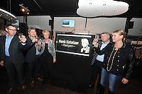 SCHAATSEN: BIDDINGHUIZEN: FlevOnice, 22-11-13, Officiële heropening FlevOnice met onthulling van 'Henk Ketelaar Paviljoen' door zijn kinderen Roel, Bert en Hilma (links)  als eerbetoon aan de grondlegger van FlevOnice, directeur Joop Pinkster van Pinkster Vastgoed en nieuwe manager Kristel Pinkster (rechts), ©foto Martin de Jong