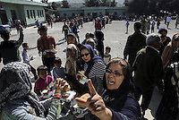 Pictured: Army officers hand over food to the hundreds of refugees Friday 26 February 2016<br />