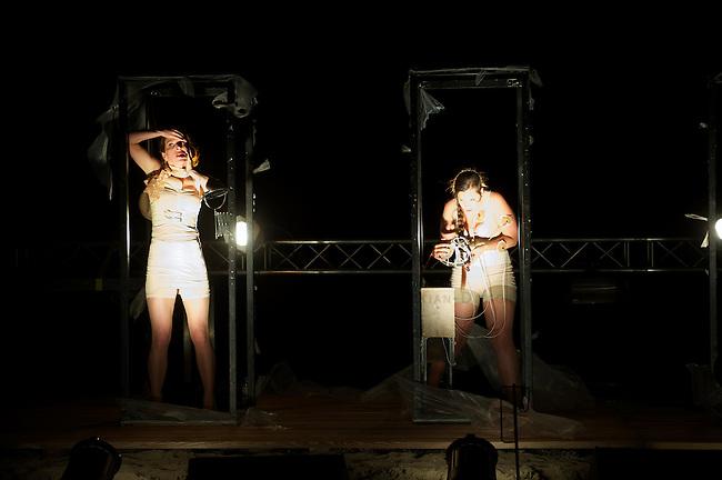 at.tension Theaterfestival 2013 auf dem Gelaendes des Kulturkosmos e.V. in Laerz.<br />Hier: Die niederlaendische Theater-Gruppe &quot;HipSick Unusual Theatre&quot; mit ihrem Stueck &quot;HipSicknatus Monstrosus&quot;.<br />8.9.2013, Laerz/Mecklenburg-Vorpommern<br />Copyright: Christian-Ditsch.de<br />[Inhaltsveraendernde Manipulation des Fotos nur nach ausdruecklicher Genehmigung des Fotografen. Vereinbarungen ueber Abtretung von Persoenlichkeitsrechten/Model Release der abgebildeten Person/Personen liegen nicht vor. NO MODEL RELEASE! Don't publish without copyright Christian Ditsch/version-foto.de, Veroeffentlichung nur mit Fotografennennung, sowie gegen Honorar, MwSt. und Beleg. Konto:, I N G - D i B a, IBAN DE58500105175400192269, BIC INGDDEFFXXX, Kontakt: post@christian-ditsch.de. Urhebervermerk wird gemaess Paragraph 13 UHG verlangt.]