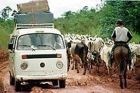 Vaqueiros tocam o gado na rodovia Transamazônia no trecho entre as cidades de Altamira e Itaituba no estado do Pará, Brasil. <br />21/03/2001<br />Foto Paulo Santos/Interfoto