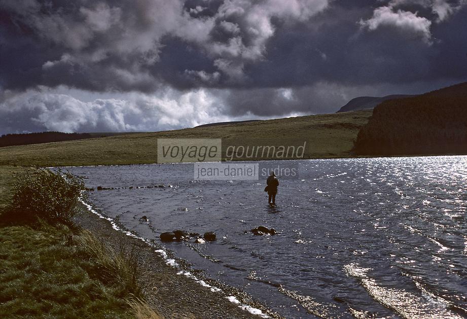 Europe/France/Auverne/63/Puy-de-Dôme/Env. d'Orcival: Le lac de Servièreset le Puy de Combe Perret (1380 mètres)