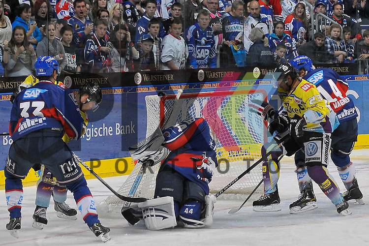 Mannheim 12.10.12, DEL, Adler Mannheim - Krefeld Pinguine, Krefelds Daniel Pietta (Nr.86) und Krefelds Herberts Vasiljevs (Nr.23) gegen Mannheims Doug Janik (Nr.33), Mannheims Steve Wagner (Nr.14) und im Tor Mannheims Dennis Endras (Nr.44) <br /> <br /> Foto &copy; Ice-Hockey-Picture-24 *** Foto ist honorarpflichtig! *** Auf Anfrage in hoeherer Qualitaet/Aufloesung. Belegexemplar erbeten. Veroeffentlichung ausschliesslich fuer journalistisch-publizistische Zwecke. For editorial use only.