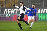 Markus Karl (SV Sandhausen) gegen Jamie MacLaren (SV Darmstadt 98) - 17.11.2017: SV Darmstadt 98 vs. SV Sandhausen, Stadion am Boellenfalltor, 2. Bundesliga