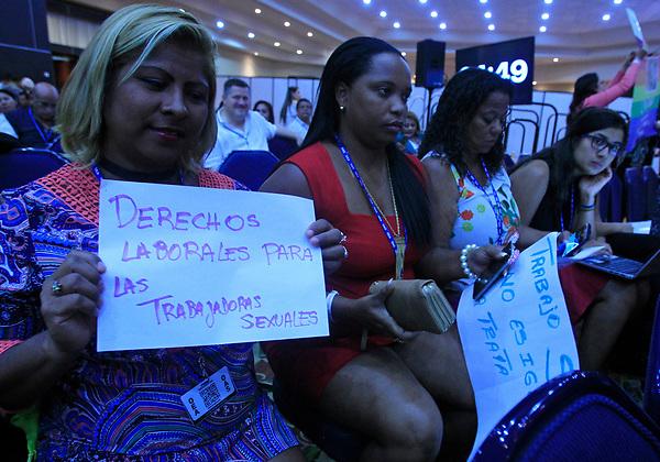 """MX07. CANCÚN (MÉXICO), 19/06/2017.- Manifestantes protestan este lunes 19 de junio de 2017, durante un dialogo de la llamada """"ideología de género"""" y los derechos sexuales y reproductivos, llevaron a un claro choque de posiciones de la sociedad civil en la 47 Asamblea General de la OEA, en un diálogo criticado por la ausencia de altos funcionarios en Cancún, en el estado de Quintana Roo (México). EFE/Mario Guzmán"""
