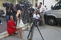 RIO DE JANEIRO, RJ, 13.02.2014 - VELORIO SANTIAGO ANDRADE - Familiares e colegas jornalistas durante o velório do cinegrafista Santiago Andrade, no cemitério Memorial do Carmo, no Caju, zona portuária do Rio de Janeiro, nesta quinta-feira(13). (Foto: Celso Barbosa / Brazil Photo Press).