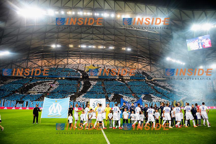 Tifosi Marsiglia Panoramica<br /> joueurs se serrant mamain en debut de match <br /> Football Calcio 2014/2015<br /> Ligue 1 Francia Stadio VelodromeOlympique Marsiglia - Paris Saint Germain <br /> Foto Panoramic / Insidefoto <br /> ITALY ONLY
