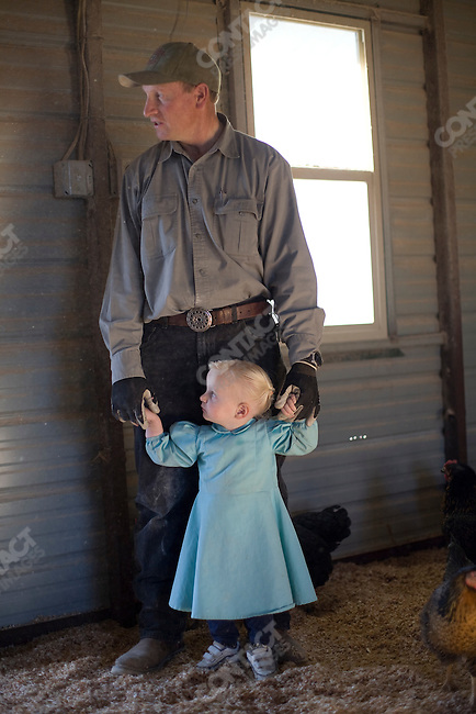 """Fundamentalist Mormon group F.L.D.S.,  Keith Dutson with his daughter, """"Yearning for Zion"""" compound in Eldorado, Texas, USA, February 11, 2009"""