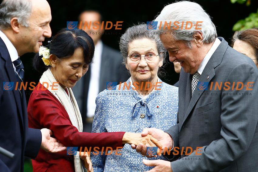 Alain Delon saluta e fa il baciamano ad Aung San Suu Kyi.Parigi 27/06/2012 Visita della Leader Birmana e Premio Nobel per la Pace Aung San Suu Kyi al giardino Quai d Orsay.Photo Gwendoline Le Goff / Panoramic / Insidefoto.ITALY ONLY