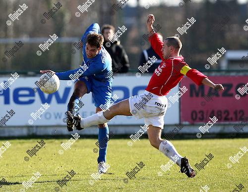 2010-03-07 / Voetbal / seizoen 2009-2010 / FC Heikant - FC Katelijne / Sven Verschoren (Heikant) probeert de voorzet van Thomas Van de Perre te onderscheppen...Foto: mpics