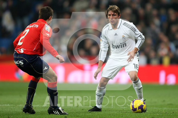 Real Madrid's Gabriel Heinze (r) and Osasuna's Cesar Azpilicueta (l) during La Liga match.January 18 2009. (ALTERPHOTOS/Acero).