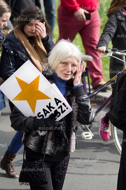 UNGARN, 22.04.2017, Budapest - V. Bezirk. Die Spasspartei MKKP, &quot;Partei der doppelschwaenzigen Hunde&quot;, ruft zum Satire-Protest gegen die von der Fidesz-Regierung betriebene Putinisierung Ungarns. Es wird eine unerwartete Grossdemonstration mit tausenden Teilnehmern. -&quot;Nur Fidesz!&quot; Der Wahlkampfslogan von 2010 mit neuem Logo. | The MKKP funparty &quot;Two-tailed dog party&quot; calls for satiric protest against the Fidesz government's putinization of Hungary. The event turns into a large demonstration with thousands of participants. -&quot;Fidesz only!&quot; The 2010 election slogan with a new logo.<br /> &copy; Martin Fejer/EST&amp;OST