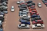 ROTTERDAM - Op de Kop van Zuid staan de parkeervakken vol auto's van bezoekers, zakenlui of dagjesmensen. De schaarste aan parkeerplaatsen maakt het parkeren van auto in de stad een kostbare gelegenheid en een lucratieve inkomstenbron voor gemeentes en projectontwikkelaars. Drukke parkeerplaatsen vragen meestal om beveiliging met camera's om inbraak en ruiten tikken te voorkomen. COPYRIGHT TON BORSBOOM