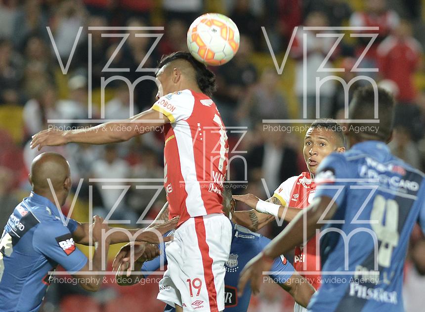 BOGOTÁ - COLOMBIA -29-09-2015: Wilson Morelo (C) jugador de Independiente Santa Fe (COL) disputa el balón con Oscar Bagui (Izq) jugador de Emelec (ECU) durante partido de vuelta por octavos de final, llave C, de la Copa Sudamericana 2015 jugado en el estadio Nemesio Camacho El Campín de la ciudad de Bogota./ Wilson Morelo (C) player of Independiente Santa Fe (COL) vies for the ball with Oscar Bagui (L) player of Emelec (ECU) during the second leg match for the knockout stages, key C, of the Copa Sudamericana 2015 played at Nemesio Camacho El Campin stadium in Bogota city.  Photo: VizzorImage/ Gabriel Aponte /Staff