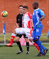 MEDELLÍN -COLOMBIA-17-05-2014. Daniel Cataño (Izq) del Deportivo Rionegro disputa el balón con Wilmer Largacha (Der) de Jaguares FC durante partido de ida por cuartos de final del Torneo Postobón I 2014 jugado en el estadioTulio Ospina de la ciudad de Bello./ Daniel Cataño (L) of Deportivo Rionegro fights for the ball with Wilmer Largacha (R) of Jaguares FC during the first leg match for the quarterfinals of the Postobon Tournament I 2014 played at Tulio Ospina stadium in Bello city. Photo: VizzorImage/Luis Ríos/STR