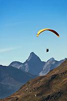 Schweiz, Graubuenden, Klosters: Paragliding in den Schweizer Alpen | Switzerland, Graubuenden, Klosters: paragliding at Swiss Alps