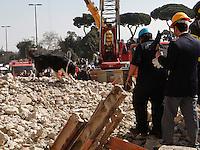 NAPOLI 04/05/2013.RIVIERA DI CHIAIA CROLLA ALA PALAZZO .NELLA FOTO.FOTO CIRO DE LUCA