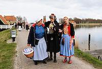 Enkhuizen.  Klederdrachtfestival in het Zuiderzeemuseum. De vrouw in het midden en de vrouw rechts dragen klederdracht uit marken