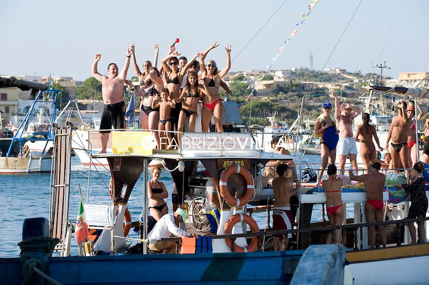 Isola di Lampedusa. Sicilia.  .Nel'isola il divertimento è assicurato. Diverse sono le barche che organizzano per i turisti i giri in barca..Foto Fabrizio Villa