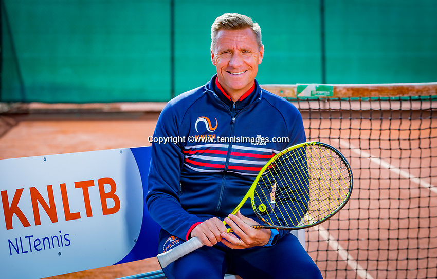 Almere, Netherlands, April 3, 2018, New clothes KSwiss for KNLTB staff, Coach Wheelchair tennis, Dennis Sporrel<br /> Photo: Tennisimages/Henk Koster