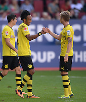 Fussball  1. Bundesliga  Saison 2013/2014    FC Augsburg - Borussia Dortmund      10.08.2013 JUBEL Dortmund; Pierre-Emerick Aubameyang (Mitte) klatscht Marco Reus (re)
